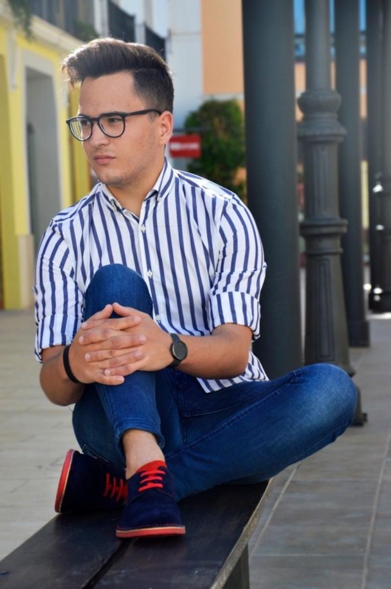 Blogger felix guillen posando para su post con marcas de moda