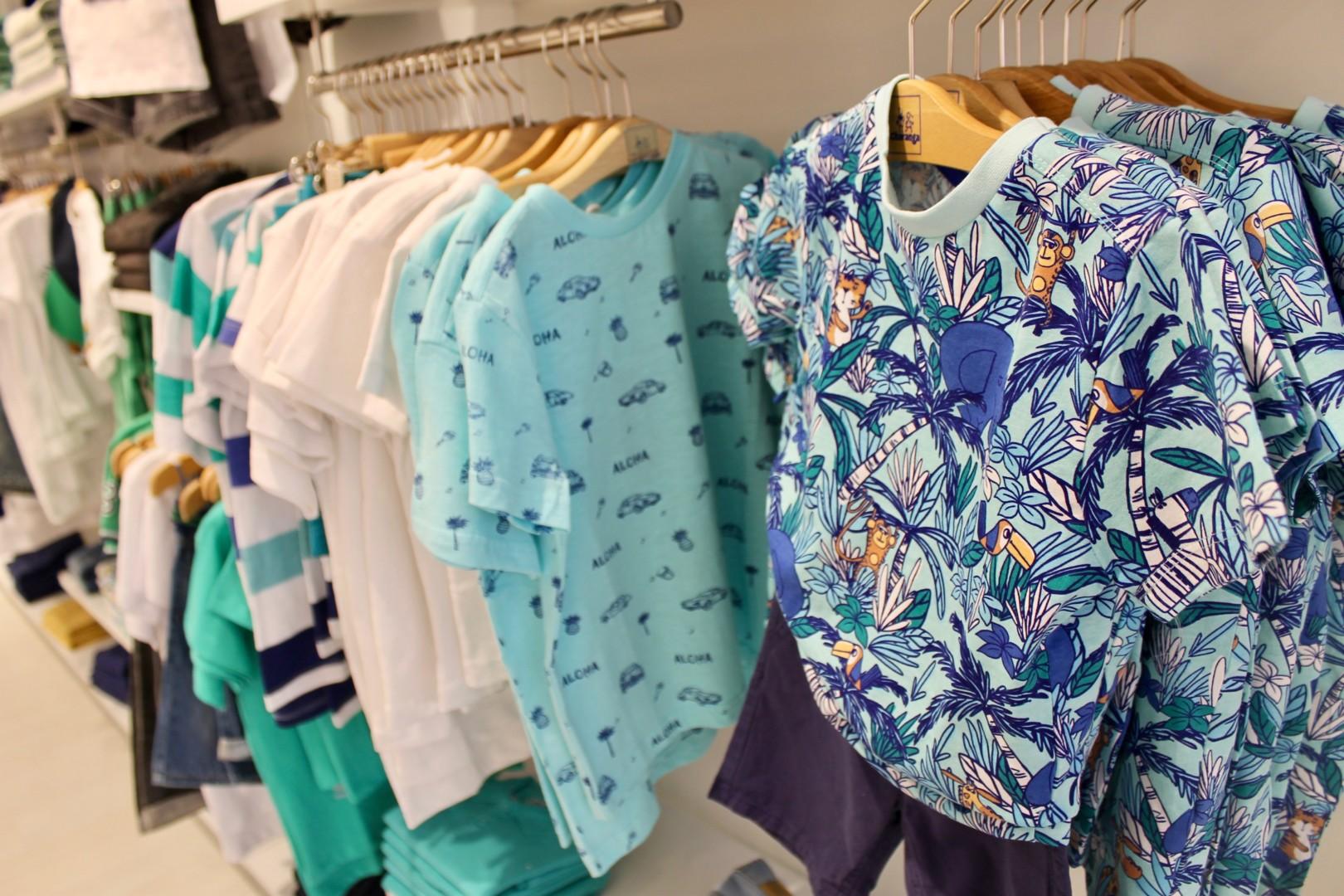 Estampados, colores azules y verdes para vestir en verano a los niños