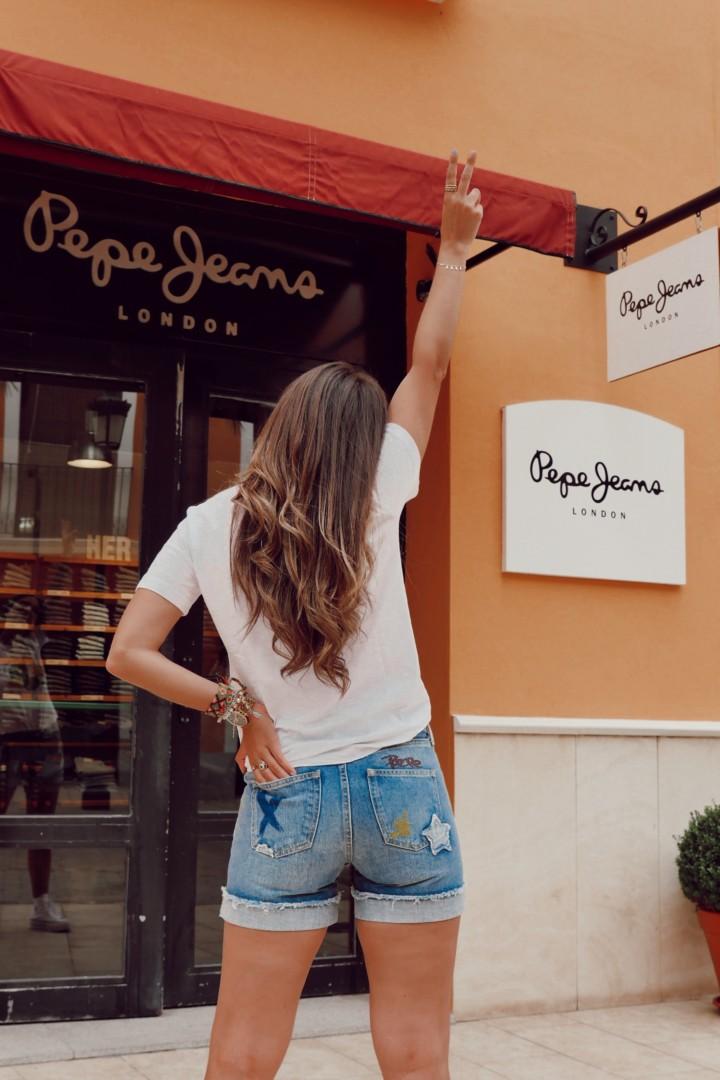 Pantalón denim y camiseta en las rebajas en Pepe Jeans