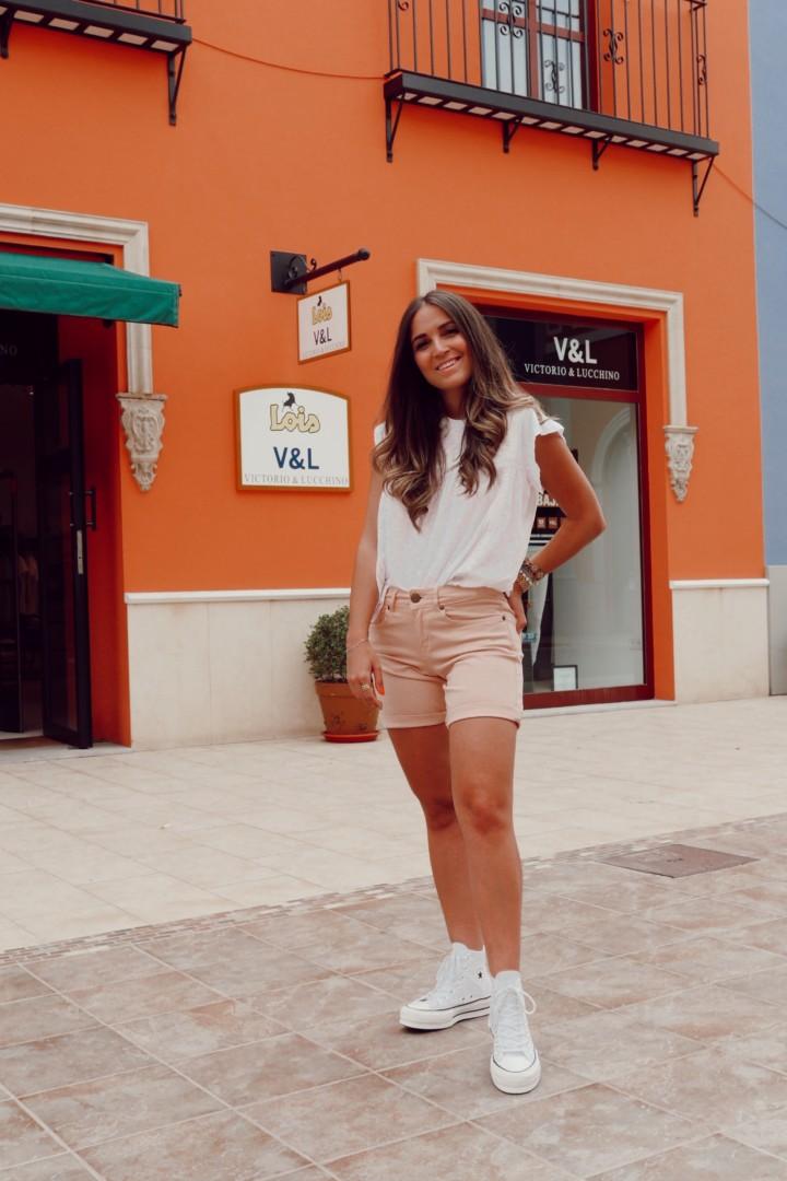 Camiseta blanca con troquelado en la tienda Lois de La Noria
