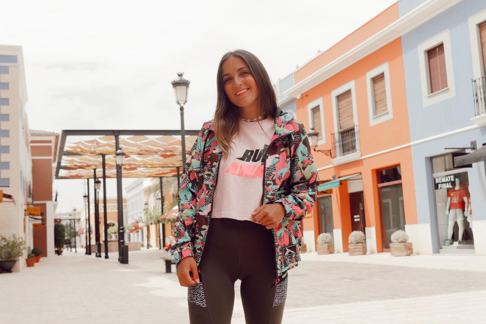 Pantalón, camiseta y chaqueta en Décimas de La Noria Outlet