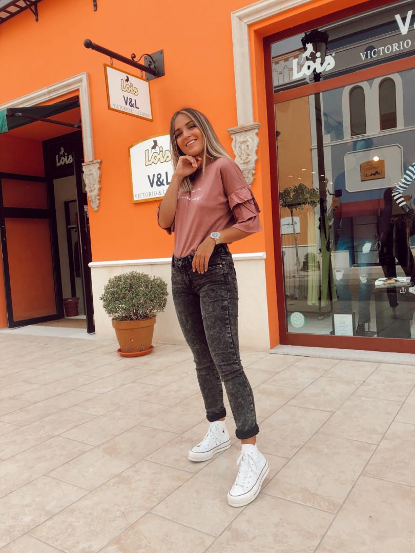 Looks diarios de Lois con jeans y camiseta para este otoño