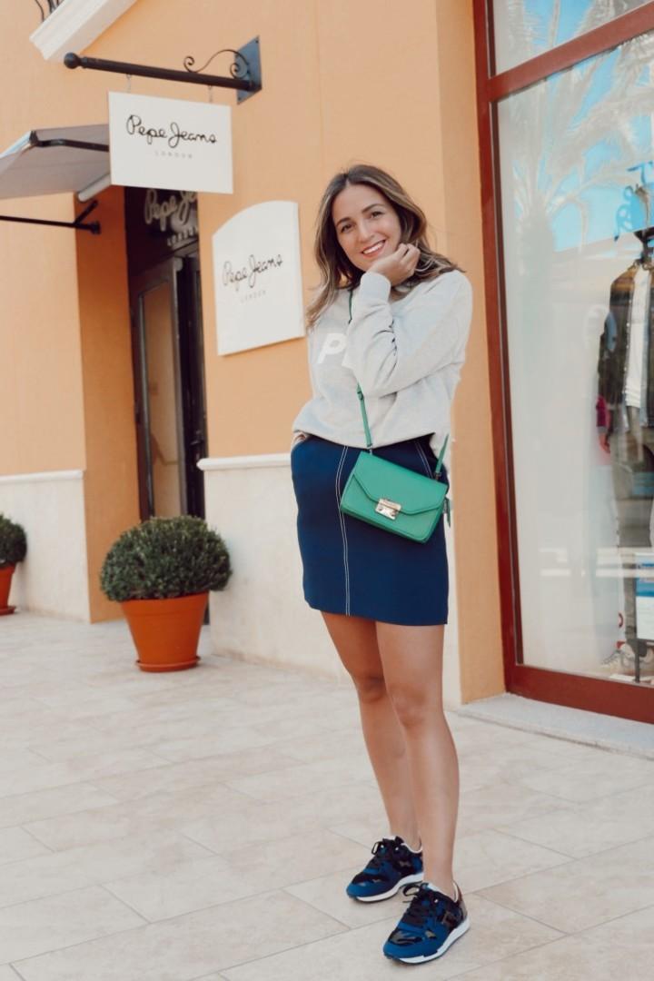 Outfit de sudadera y falda en nuestra tienda de Pepe Jeans