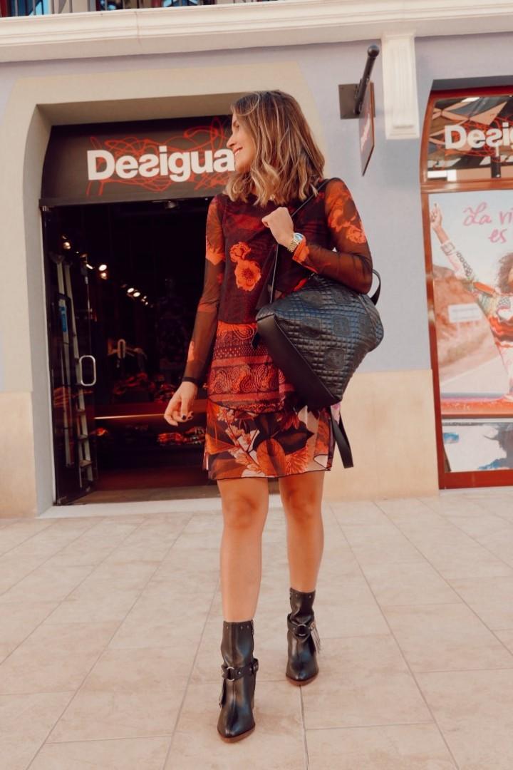 Vestido estampado con bolso que puedes encontrar en Desigual