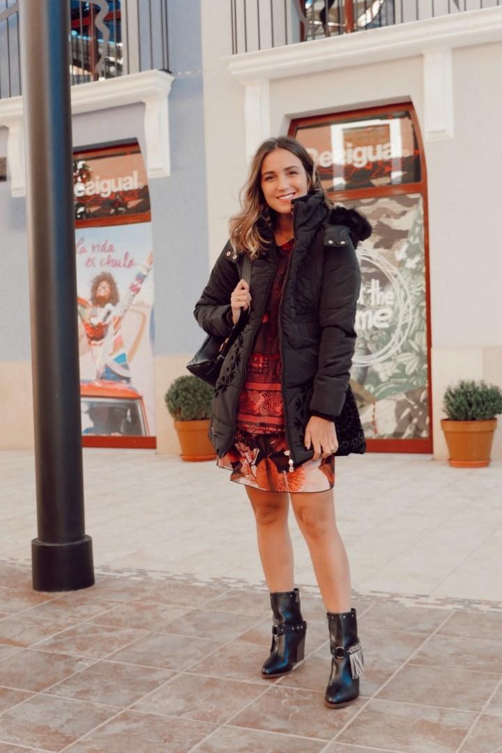 Vestido estampado de Desigual combinado con abrigo negro acolchado
